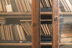 Stare książki w rocznik bibliotece obraz royalty free