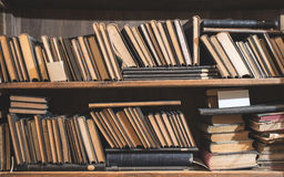 Stare książki w rocznik bibliotece obrazy stock