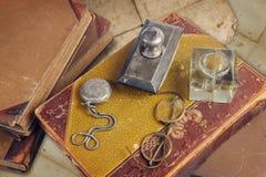 Stare książki z kieszeniowym zegarkiem obrazy royalty free