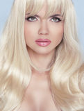 stare Maquillage Belle femme blonde avec de longs cheveux onduleux image stock