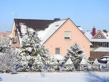 Stare menchie stwarzają ognisko domowe i śnieżni drzewa, Lithuania zdjęcia stock