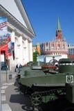 Stare militarne maszyny pokazywać w Moskwa centrum miasta fotografia stock