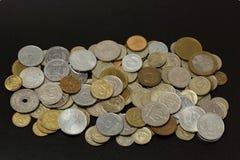 Stare monety na czarnym tle Stara waluta różni kraje wygłupy Waluty tło tło ukuwać nazwę pieniądze obraz stock
