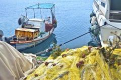 Stare łodzie rybackie przy greckim schronieniem Obrazy Stock