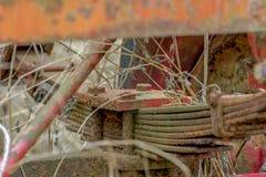 Stare rdzewieć liść wiosny ciężarówka przerastająca z żywopłotem fotografia royalty free