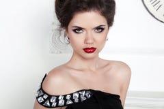 stare Schönes elegantes Mädchenmodell mit Schmuck lizenzfreie stockfotos