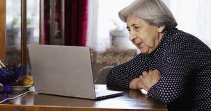 Stare starsze kobiet rozmowy z jej wnuczką wideo wezwaniem używać laptop zbiory