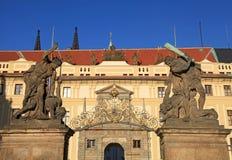 Stare statuy dekorują Zachodnią bramę Praga kasztel, czech Ponowny Obraz Stock