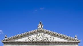 Stare statuy Na dachu Theatre Zdjęcie Royalty Free