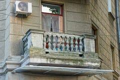 Stare szarość betonują balkon na ścianie z okno fotografia stock