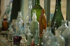 Stare szklane butelki i butelki zakończenie Zdjęcie Royalty Free