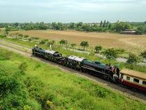 Stare Tajlandzkie Parowej lokomotywy przejażdżki na kolejowej przepustce przez ryżu pola zdjęcie royalty free