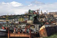 Stare Towboats barki, bagiery Przy statku Junkyard Na Sava Ri I Obrazy Stock