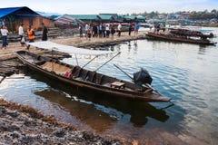Stare tradycyjne drewniane łodzie na revier, Mon most Fotografia Stock