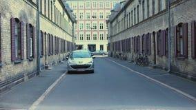 Stare ulicy Copehagen z samochodami i bicyklami, antyczna architektura, historia zbiory wideo