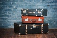Stare walizki blisko ściana z cegieł, zamykają up zdjęcia royalty free