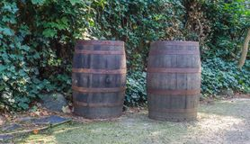 Stare wietrzeć i ośniedziałe drewniane baryłki w ogrodowy bardzo dekoracyjnym w westernu stylu obrazy stock