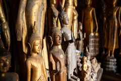 Stare zaniechane Buddha statuy zakrywać z pyłem przy Wata Xieng paska świątynią laos luang prabang fotografia royalty free