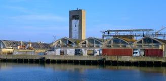 Stare zaniechane fabryki wzdłuż doku Zdjęcia Royalty Free
