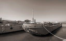 Stare zaniechane ośniedziałe barki wewnątrz morze Zdjęcia Stock