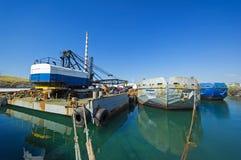 Stare zaniechane ośniedziałe barki wewnątrz morze Zdjęcie Stock