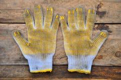 Stare zbawcze rękawiczki na drewnianym tle, rękawiczki na brudnych robotach Obraz Royalty Free