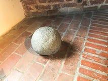 Starego ampuła kamienia antycznego średniowiecznego żelaznego wojennego round bańczasty cannonball zdjęcie stock