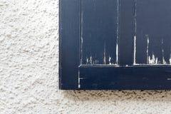 Starego Błękitnego obieranie farby rocznika Nadokienna żaluzja na biel ścianie obrazy stock