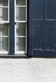 Starego Błękitnego obieranie farby rocznika Nadokienna żaluzja na biel ścianie fotografia royalty free