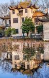 Starego chińczyka domu Zachodni Jeziorny odbicie Hangzhou Zhejiang Chiny zdjęcia royalty free