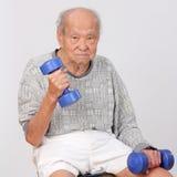 Starego człowieka ćwiczenia chwyta dumbbell Fotografia Stock