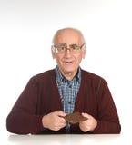 Starego człowieka łasowania czekolada zdjęcia stock