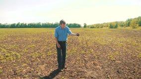 Starego człowieka średniorolny pracujący chłop wręcza trzymać świeżą ziemię zwolnionego tempa wideo starego człowieka zmielony br zdjęcie wideo