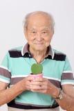 Starego człowieka chwyta garnka liścia serca forma Zdjęcie Stock