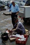 Starego człowieka cleaning promień dla klientów i ryba zdjęcie royalty free