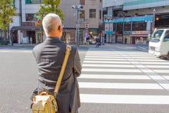 Starego człowieka czekanie dla krzyżuje drogę Obrazy Stock