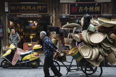 Starego człowieka draging trójkołowiec Fotografia Stock