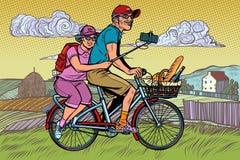 Starego cz?owieka i starej damy podr??nicy na rowerze, selfie na smartphone obrazy royalty free
