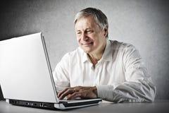 Starego Człowieka laptop zdjęcie stock