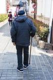 Starego człowieka odprowadzenie na drodze zdjęcia royalty free