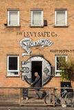 Starego człowieka odprowadzenie przed locksmith sklepem Obraz Royalty Free