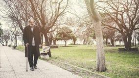 Starego człowieka odprowadzenie w parku obrazy royalty free