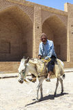 Starego Człowieka osła jazda w Kharanagh wiosce, Iran Fotografia Royalty Free