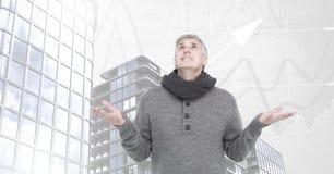 Starego człowieka otwarcia ręki niebo i Wysocy budynki z mapą ważą tło Obrazy Royalty Free