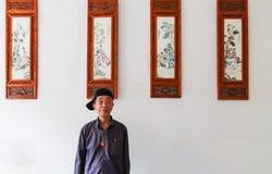 Starego człowieka sprzedawania obrazy w Gao miao miasteczku, Sichuan, porcelana fotografia royalty free