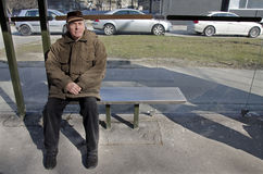 Senior przy przystankiem autobusowy Obraz Stock
