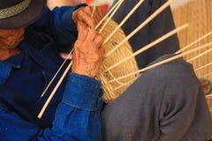 Starego cz?owieka Koszykowy tkactwo od bambusa Zdjęcie Royalty Free