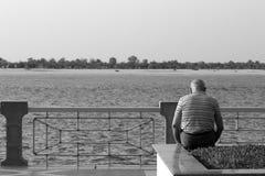 Starego człowieka obsiadanie zdjęcia stock