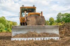 Starego ekskawatoru polany pracująca ziemia przy zmierzchem słoneczny dzień Horyzontalna rama Zdjęcie Stock