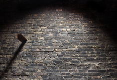 Starego grunge ściana z cegieł ciemny tło z światłem Zdjęcia Stock